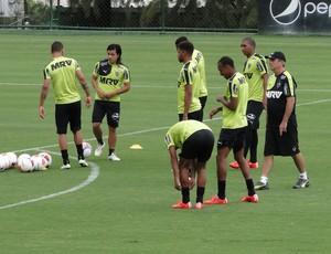 Levir conversa com os jogadores de ataque do Atlético-MG (Foto: Leonardo Simonini)