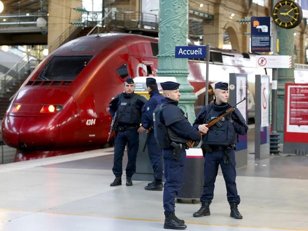 Policiais patrulham a estação de trem Gare do Nord, em Paris, no dia 14 de novembro, após os ataques terroristas na cidade (Foto: Yves Herman/Reuters)