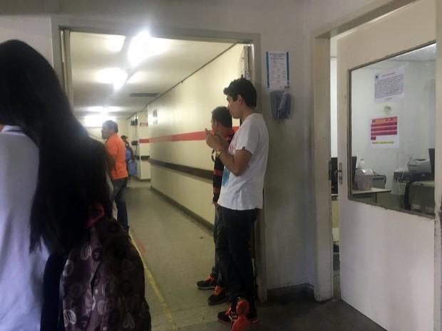 Funcionário de empresa terceirizada controla a entrada no hospital Monsenhor Walfredo Gurgel (Foto: Aura Mazda/ Tribuna do Norte)