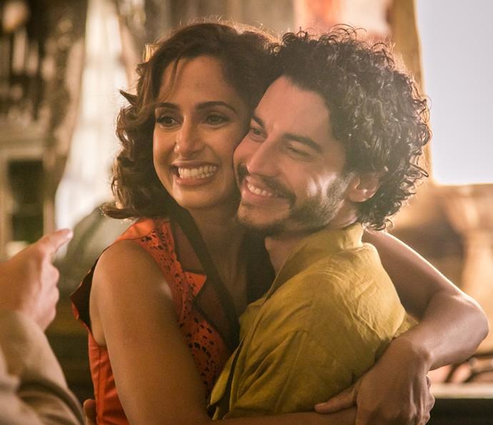 Lee Taylor agradece a oportunidade de conta a história de Martim; na foto, o ator abraça Camila Pitanga, sua companheira de cenas  (Foto: Globo/Paulo Belote)