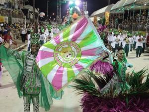 Turma de Mangueira desfila na Passarela do Samba, em São Luís (Foto: Paulo de Tarso Jr./Imirante)