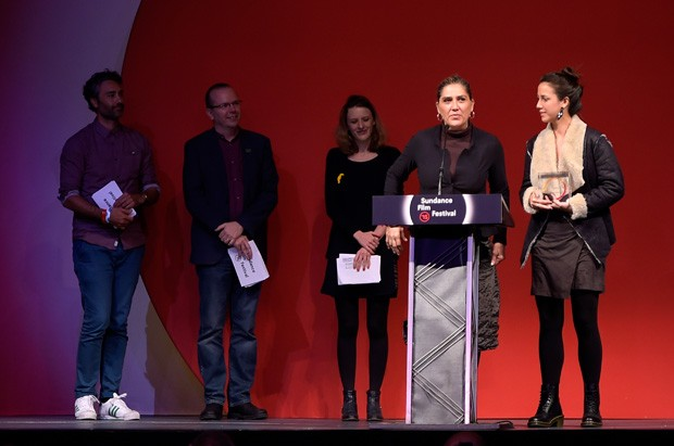 """PARK CITY, UT - JANUARY 31:  Director Anna Muylaert and actress Camila Mardila of """"The Second Mother"""" accept the World Cinema Special Jury Prize for Acting on behalf of Regina Case and Camila Mardila onstage at the Awards Night Ceremony during the 2015 Su (Foto: Getty Images for Sundance)"""
