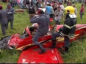 Monomotor explode ao cair próximo à pista do aeroporto de Ituiutaba, MG (Foto: Reprodução/TV Integração)