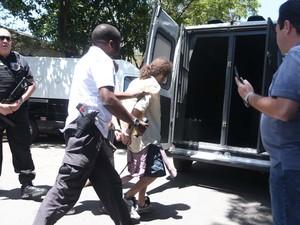 O Grupo de Operações Especiais foi acionado para transferência dos estudantes da USP nesta quarta (13), do 91º Distrito Policial em São Paulo, SP, para o Centro de Detenção Provisória. Amigos dos detidos furaram o pneu do veículo usado para o transporte. (Foto: Marcos Bezerra/Futura Press/Estadão Conteúdo)