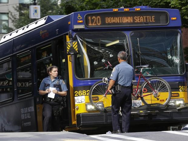 Homem abre fogo contra motorista de ônibus no centro de Seattle. Suspeito foi atingido por policiais após fugir e tentar entrar em outro ônibus. (Foto: Ted S. Warren/AP)