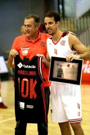Marcelinho é homenageado pelos 10 mil pontos no basquete do Flamengo (Foto: Gilvan de Souza/ Flamengo)
