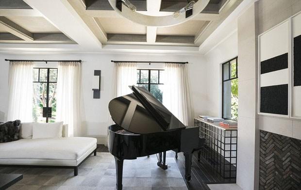 Kourtney Kardashian revela sua sala de estar com poltrona de Niemeyer (Foto: Reprodução)