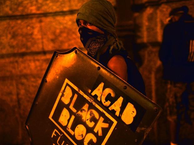 Black Bloc participaram do protesto no Rio de Janeiro (Foto: Yasuyoshi Chiba/AFP)