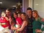 Zezé Di Camargo posa abraçado com Zilu em foto de Natal