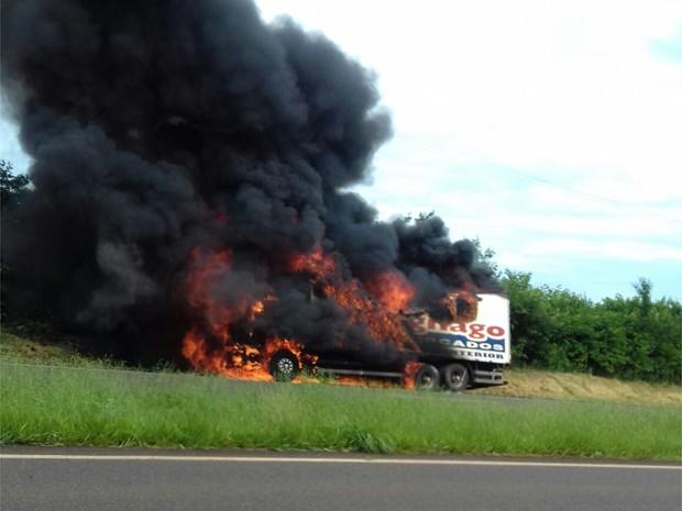 Caminhão pegou fogo na Rodovia Antonio Machado Santanna, após sair de Ribeirão Preto, SP (Foto: Antonio Ferreira/Arquivo Pessoal)