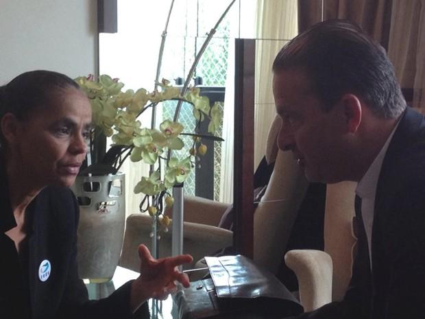 A ex-senadora Marina Silva (Rede) e o governador Eduardo Campos (PSB), em conversa pela manhã registrada pelo senador Rodrigo Rollemberg (PSB-DF) (Foto: Rodrigo Rollemberg/PSB)
