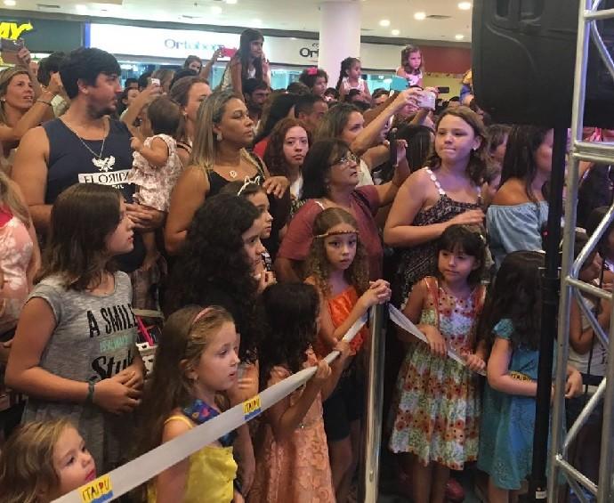 Dezenas de pessoas se reuniram para vê-la cantar (Foto: Arquivo pessoal)