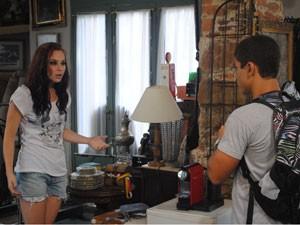 Débora fica boalda ao ver Jeffinho no brechó (Foto: Malhação / Tv Globo)
