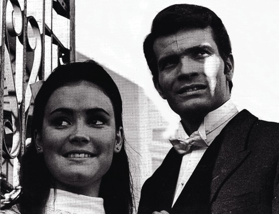 """Regina Duarte com Tarcísio Meira em sua primeira novela, A deusa vencida, de 1965: """" (Foto: Reprodução)"""