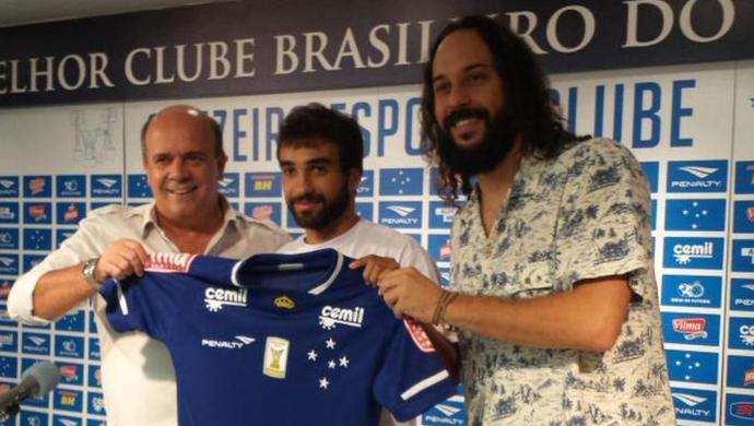 Valdir Barbosa, gerente de futebol do Cruzeiro, apresenta Gabriel Xavier junto com o músico Gabriel o Pensador (Foto: Marco Astoni)
