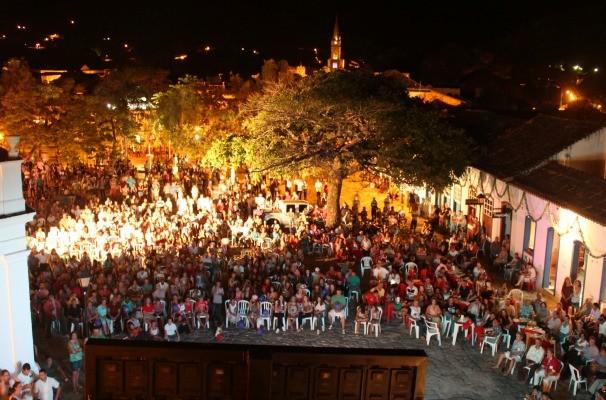 Multidão se reune para acompanhar o primeiro capítulo da novela Em Família. (Foto: Divulgação/TV Anhanguera)