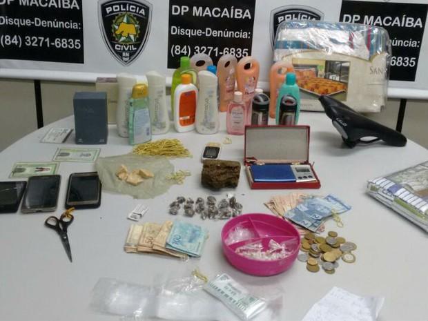 Foram apreendidas 75 pedras de crack, 400 gramas de maconha, uma balança de precisão e dinheiro (Foto: Divulgação/Polícia Civil do RN)