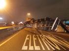 Carreta tomba, bate em poste e BR-101 é bloqueada em São José