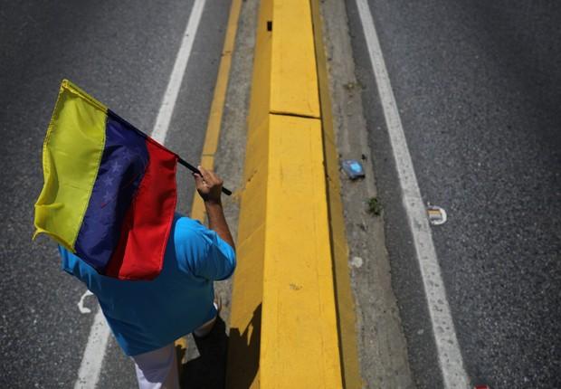 Manifestante caminha para se juntar a marcha em protesto contra o governo de Nicolas Maduro na Venezuela (Foto: Carlos Barria/Reuters)
