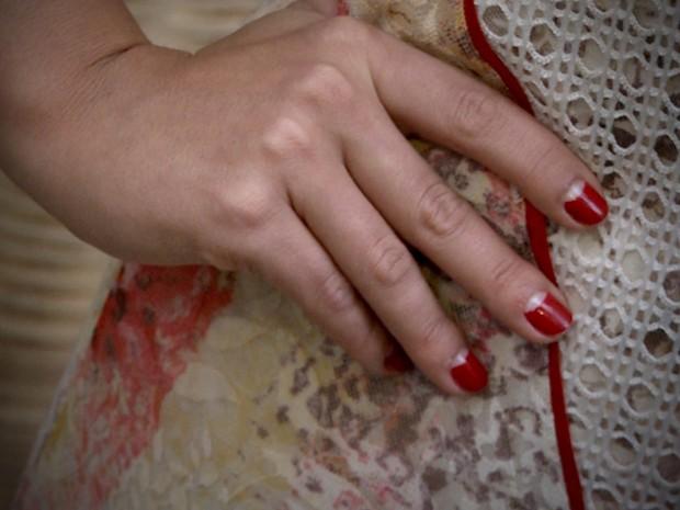 O esmalte vermelho em meia-lua é uma das marcas da personagem (Foto: Gabriela / TV Globo)
