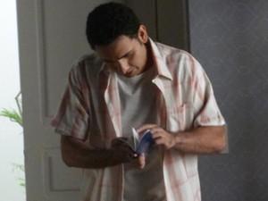 Marcão acha passaporte de Cristina (Foto: Cláudia Castilho/ Gshow)