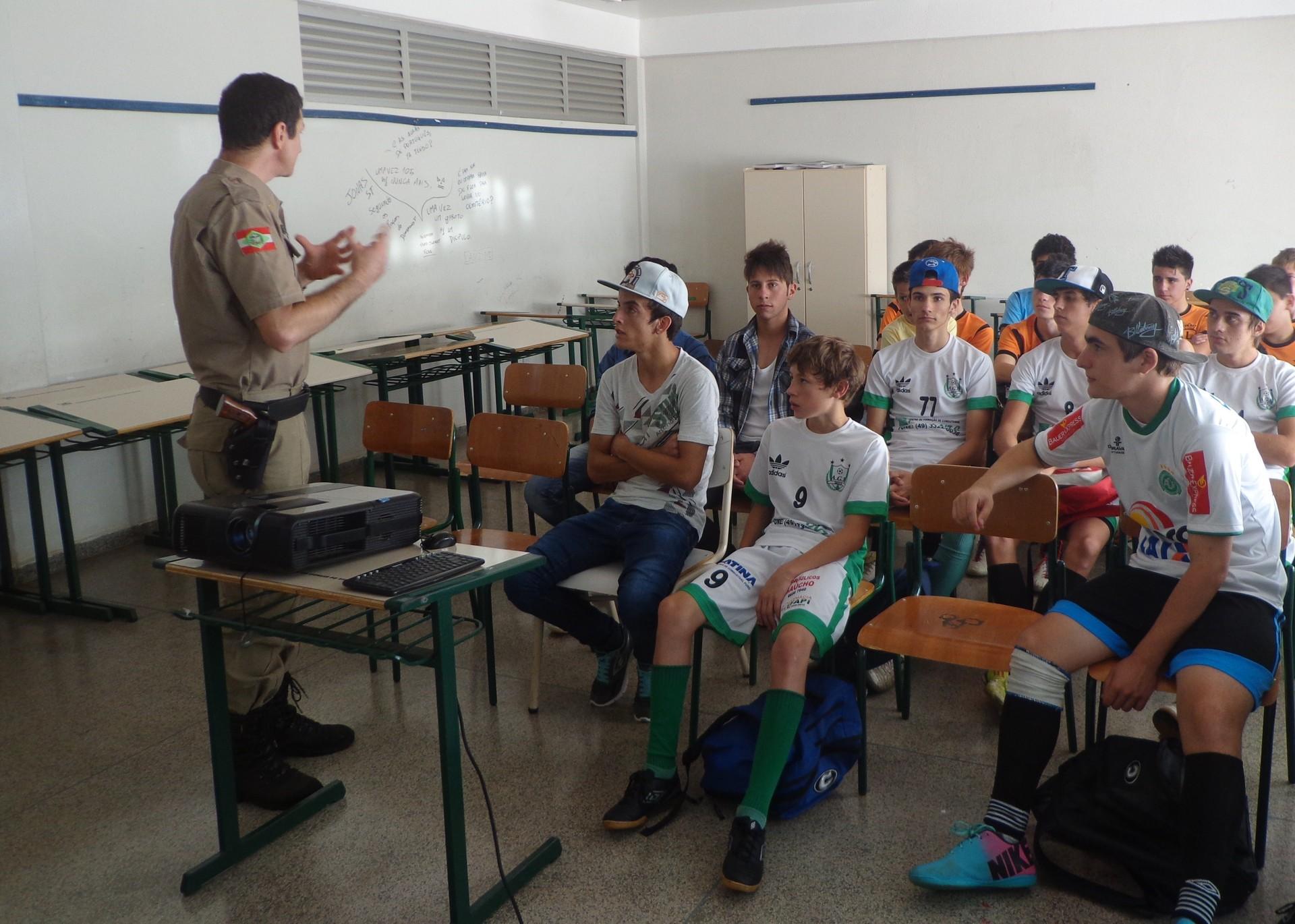 PM realizou palestras com jovens e crianças (Foto: Luís Lopes/RBS TV)