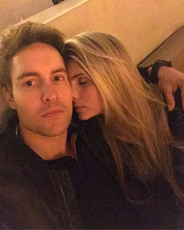 Bárbara Evans posa dando 'um cheiro' no namorado: 'Sentindo você' (Foto: Reprodução/Instagram)