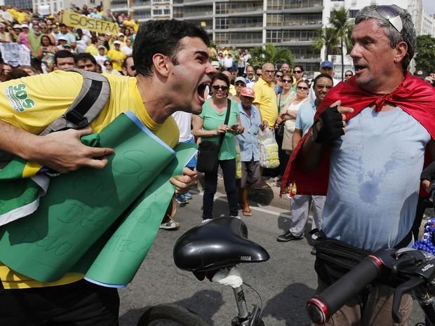 De bicicleta, um apoiador do PT é hostilizado dirante protesto contra o governo de Dilma Rousseff em Copacabana, na Zona Sul do Rio de Janeiro (Foto: Sergio Moraes/Reuters)