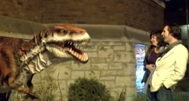 Equipe usou réplica de dinossauro para assustar pedestres (Foto: Reprodução)
