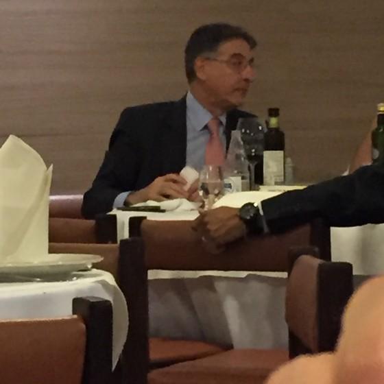 Fernando Pimentel janta em Brasília na companhia do advogado Sigmaringa Seixas (Foto: Reprodução)