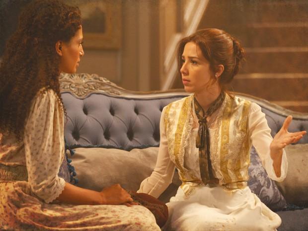 Laura fica intrigada ao saber que o tal janota estava em seu casamento (Foto: Lado a Lado/TV Globo)