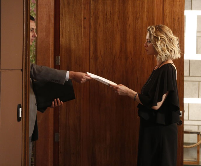Soraya recebe o documento das mãos do oficial de justiça (Foto: Raphael Dias/Gshow)