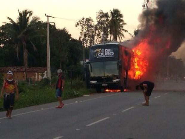 Ônibus sofreu incêndio na CE-085, em Paracuru (Foto: Reprodução/ Arquivo Pessoal)