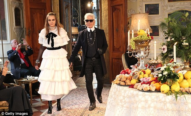 Cara Delenvigne e Karl Lagerfeld durante o desfile da Chanel - modelo entrou com o  estilista  (Foto: Getty Images)