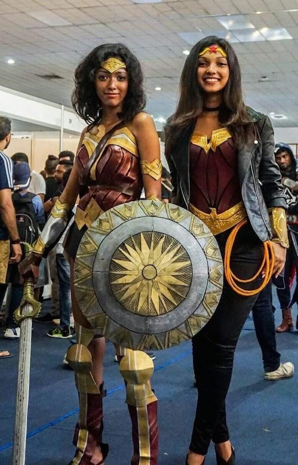 Amaya Suriyapperuma e Seshani Cooray vestidas como a Mulher-Maravilha (Foto: Reprodução)