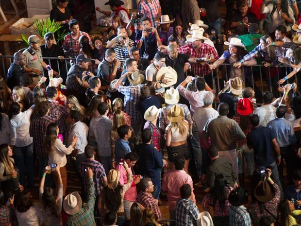 Luan Santana desce do palco e vai ao encontro das fãs (Foto: Alfredo Risk/G1)
