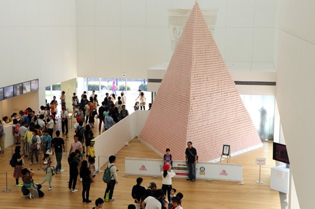 Funcionários empilharam 57.155 potes para erguer a pirâmide (Foto: Yoshikazu Tsuno/AFP)