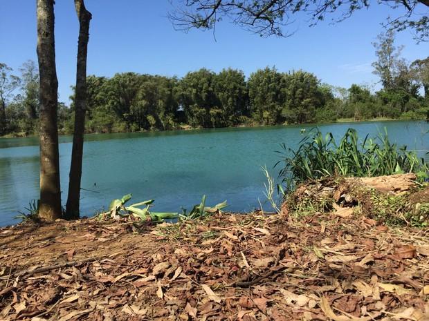 Carro foi jogado no rio Araranguá, no Sul de SC (Foto: Marco Antonio Mendes/RBS TV)