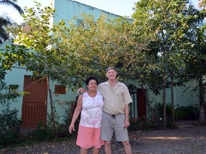 Sinésio Cursio e a esposa Laura Melero Cursio em frente a casa comprada com dinheiro da pesca no Rio Piracicaba (Foto: Fernanda Zanetti/G1)