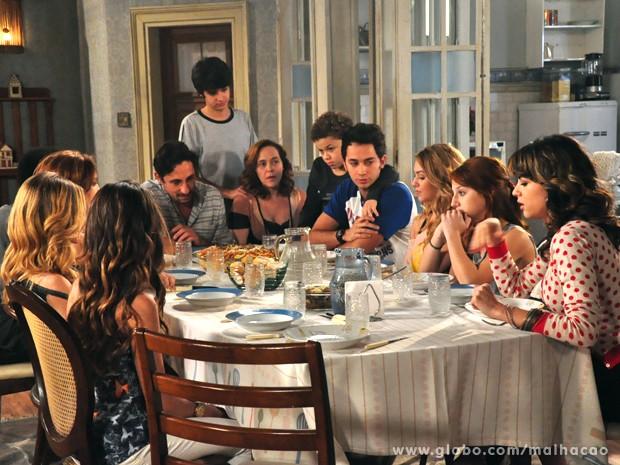 Ben aproveita a presença da família para contar sobre gravidez de Meg (Foto: Malhação/TV Globo)