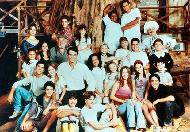 Elenco da última temporada, exibida entre abril de 2000 e janeiro de 2001, reunido em cenário (Foto: Divulgação)