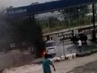 Kombi pega fogo ao lado de bomba; veja (Reprodução)