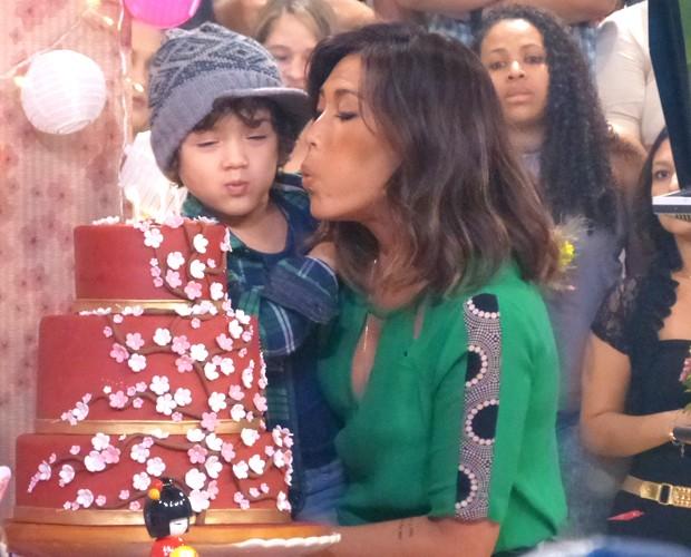 Dani Suzuki assopra velinha com filho Kauai (Foto: Esquenta! / TV Globo)