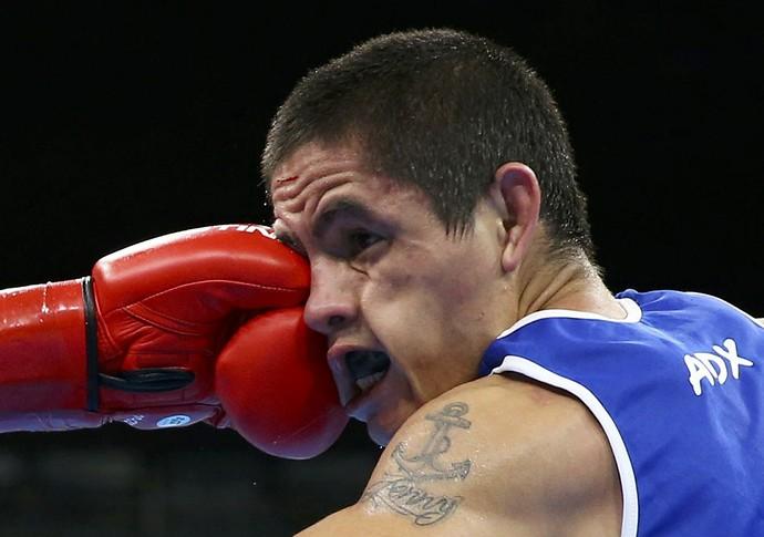 O argentino Ignacio Perrin acusa o golpe no boxe (Foto: Reuters)