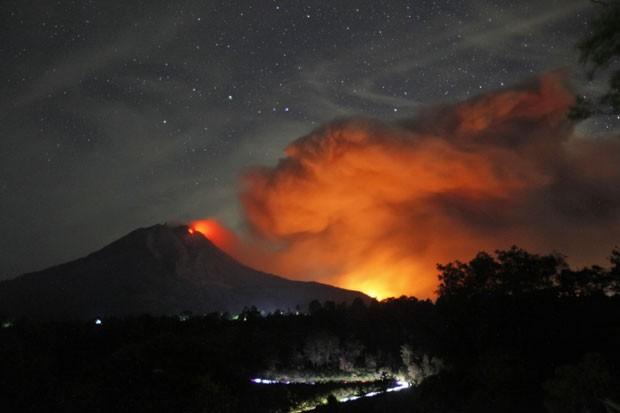 O Monte Sibabung, na Indonésia, expele lava vulcânica e cinzas nesta quinta-feira (25) (Foto: Binsar Bakkara/AP)