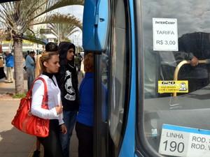 Passageiros entram em ônibus no transporte público em Campinas  (Foto: Mateus Bassi)