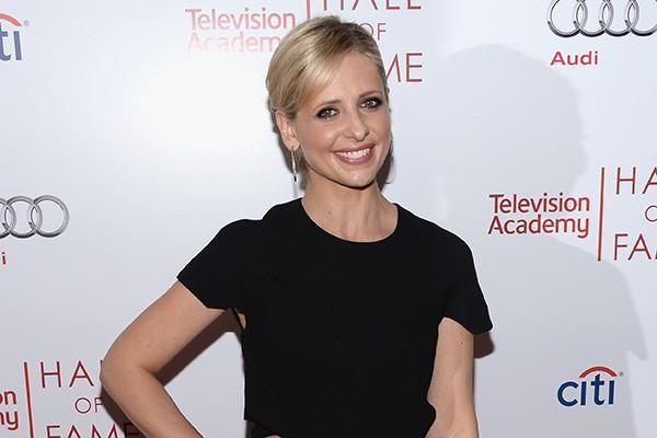 """Sarah Michelle Gellar passou um tempão em cemitérios enquanto gravava 'Buffy - A Caça-Vampiros' e mesmo assim não conseguiu superar o medo dos locais. """"Tenho um medo irracional de cemitérios e de ser enterrada viva"""", disse. (Foto: Getty Images)"""
