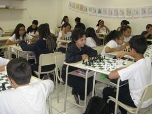 Alunos têm aulas de xadrez como parte do currículo escolar (Foto: Nathália Duarte/G1)