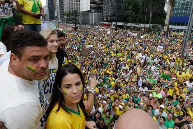 Wanessa e Ronaldo na manifestação em SP (Foto: Vanessa Carvalho / BPP / AGNEWS)