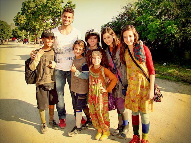 Cauã Reymond posa com as crianças do elenco (Foto: Avenida Brasil / TV Globo)